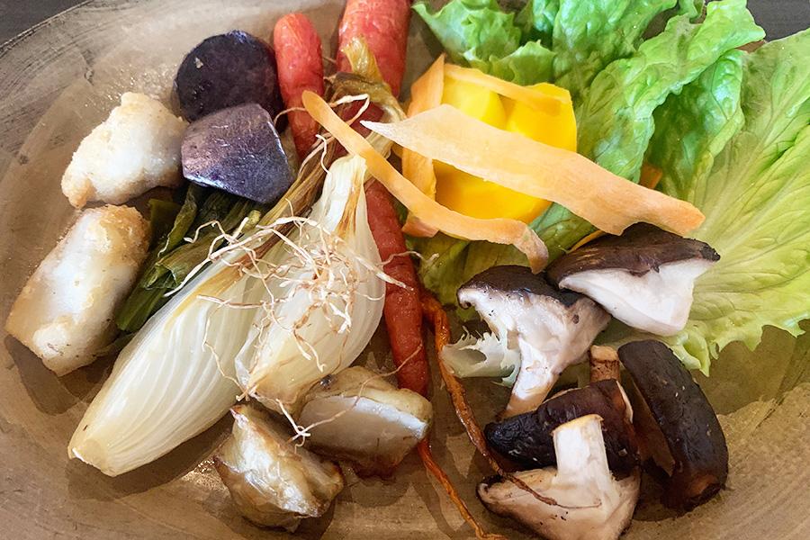 ランチ2皿目「みのりのお皿」。皮付きのニンジン3種類(金時人参、黄色ニンジン、黒田五寸)、玉ねぎの根っこを揚げたもの、キクイモ、しいたけなどをフキノトウのソースや八朔塩で。野菜の甘味や旨味をじっくり味わって