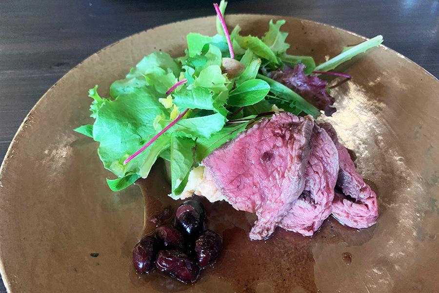 ランチコースのメインディッシュ「めぐりのお皿」。写真は地元産の鹿肉のロースト黒豆と赤ワインのソース。