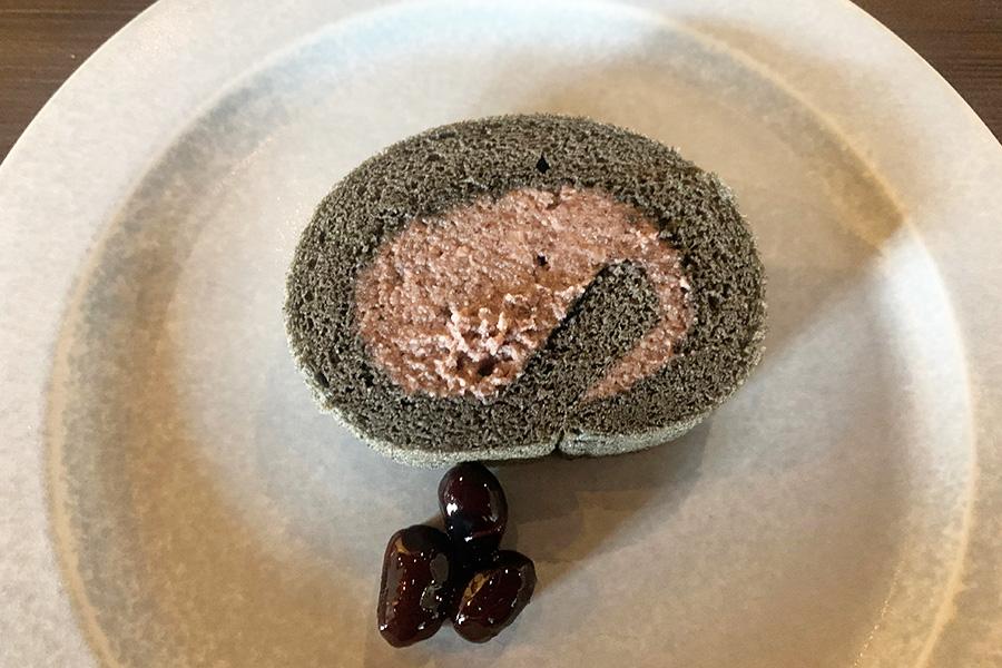 デザートは2種類からチョイスできる。写真の「黒豆のロールケーキ」は、竹炭入りの生地に黒豆の生クリーム。しっとりした生地と、ほどよくなめらかなクリームが、黒豆のほっくり感に合う