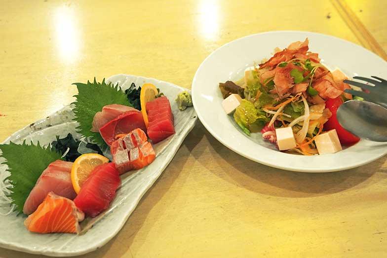 「豆腐サラダ」と「満マル刺し身盛合せ」