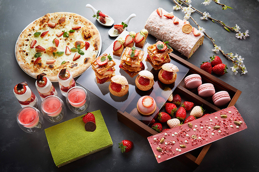 苺と桜のロールケーキ、苺チーズケーキ、ストロベリーのムース、苺とキャラメルのシュークリーム、ストロベリーマカロン、苺大福、苺チャンクチョコレートなどが勢揃い