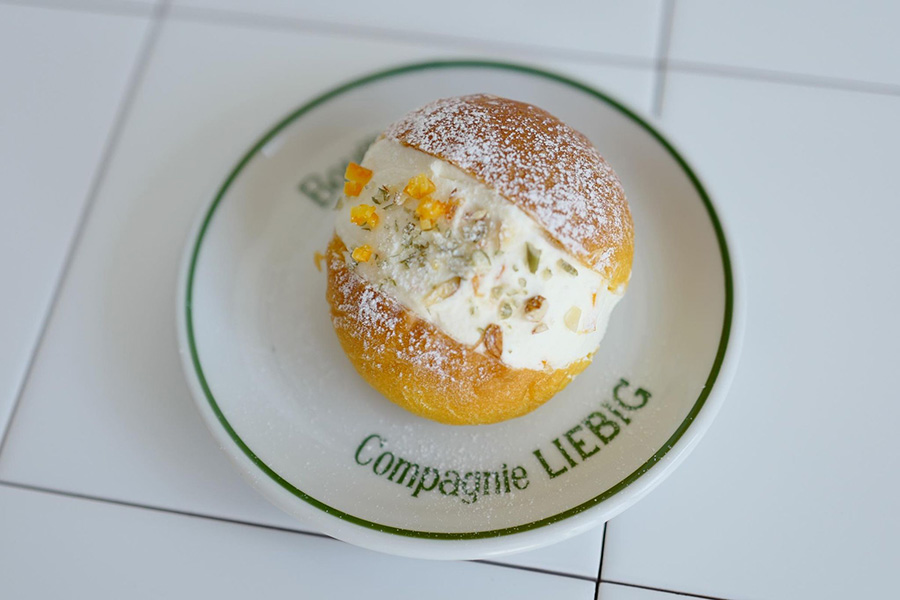 「スペシャルティ パンプキン ズッカ」では、バターを塗った栗マロンかぼちゃのパンにオレンジピール入り生クリームをサンド