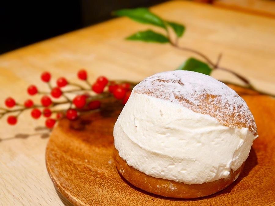 生クリームの断面が美しい、イタリアの郷土菓子マリトッツォ(写真は「パンとエスプレッソと 南森町店」)