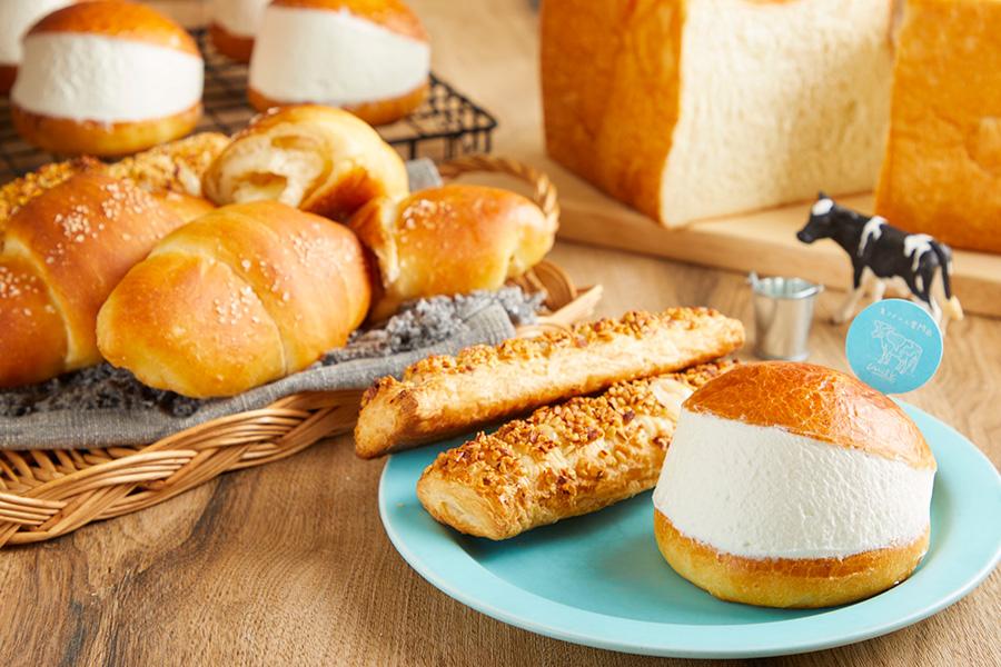 食パンのほか、ザクザク ミルクロパイ270円、塩バターパン220円、マリトッツォ430円などを販売