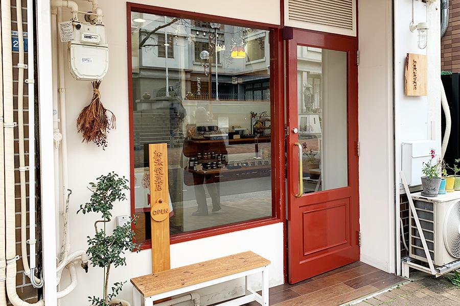 1階の「加集製菓店」は店内が見えやすく入りやすいが、ほかの店舗はドアで見えず