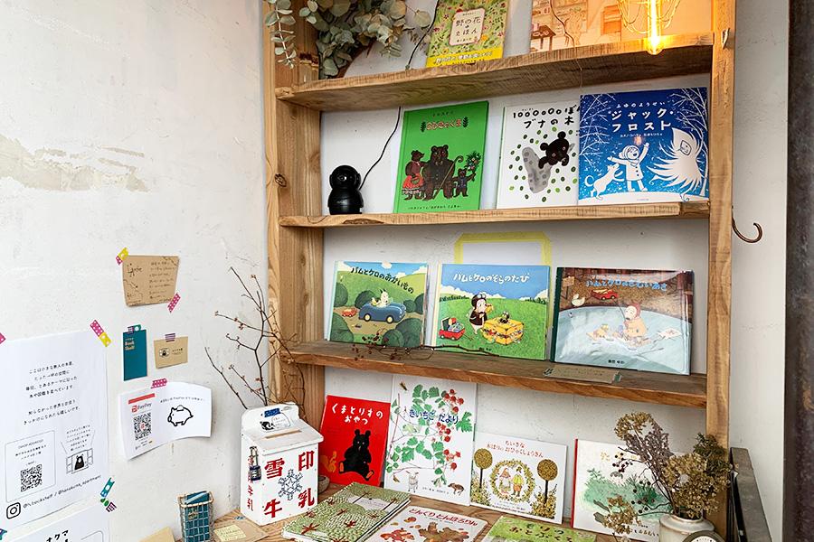 屋上階の小さな無人の本屋さん「ハナクマBook Shelf」は不定期出店。本店はアパートメントホテル「ハナクマ壮」の1階にある無人書店から