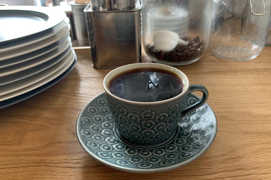 「ラルシェ」の本日のストレートコーヒー500円。スペシャルティーコーヒーを中心に、その時々にオーナーの選んできたコーヒー豆を使用