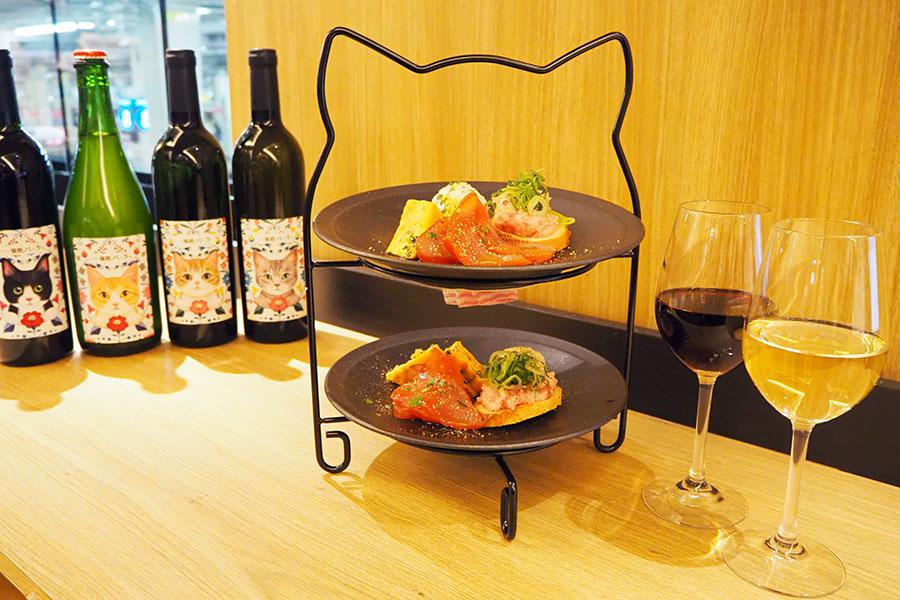 「ニャフタヌーンセット」のワインセット(3300円・2人分)。前菜やおつまみが味わえる