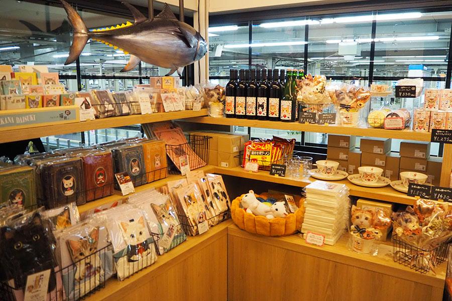 入口では、店でも使用される食器など、猫部の人気商品も販売