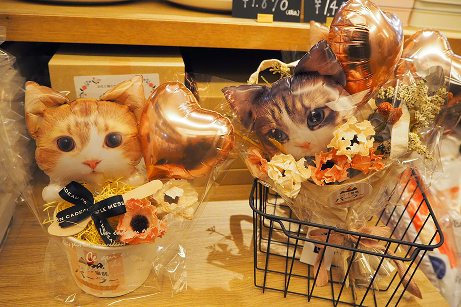 (左から)同店限定「バルーンカップ」(1760円)と「バルーンブーケ」(3520円)