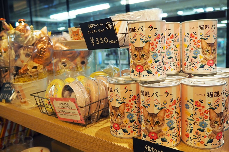 同店限定「猫部パーラー チョコラスク缶」(1275円)ほか、ねこ型シュガー、コースターなどの限定品も登場