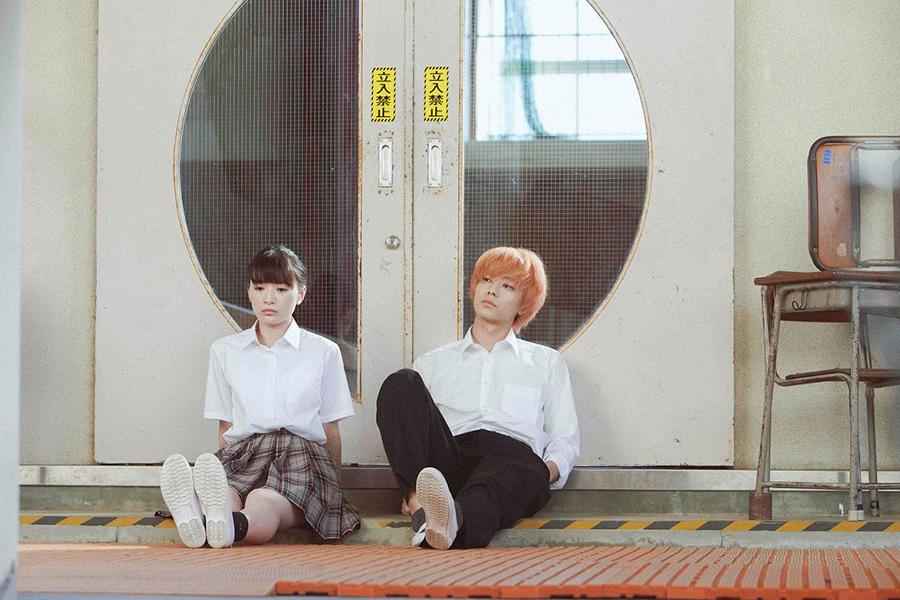 女子高生・有海を演じる優希美青と、不良少年・春川を演じる井上祐貴 (C)2021 映画「NO CALL NO LIFE」製作委員会