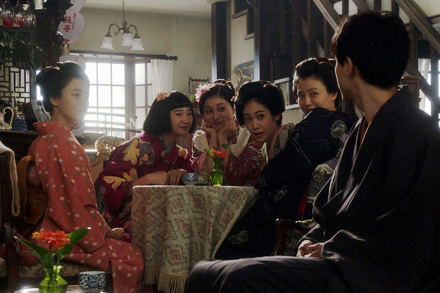 千代(杉咲花)と話しをする(左から)純子(めがね)、宇野真理(吉川愛)、若崎洋子(阿部純子)、京子(朝見心)(C)NHK