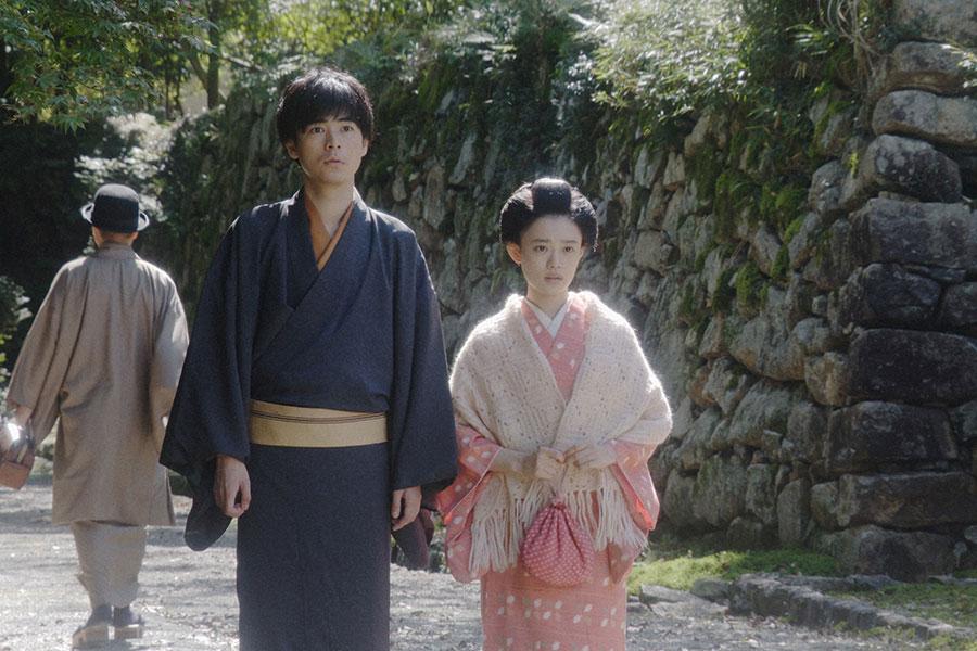 嵐山・旅館にて、ある人に会いに来た千代(杉咲花)と一平(成田凌)(C)NHK