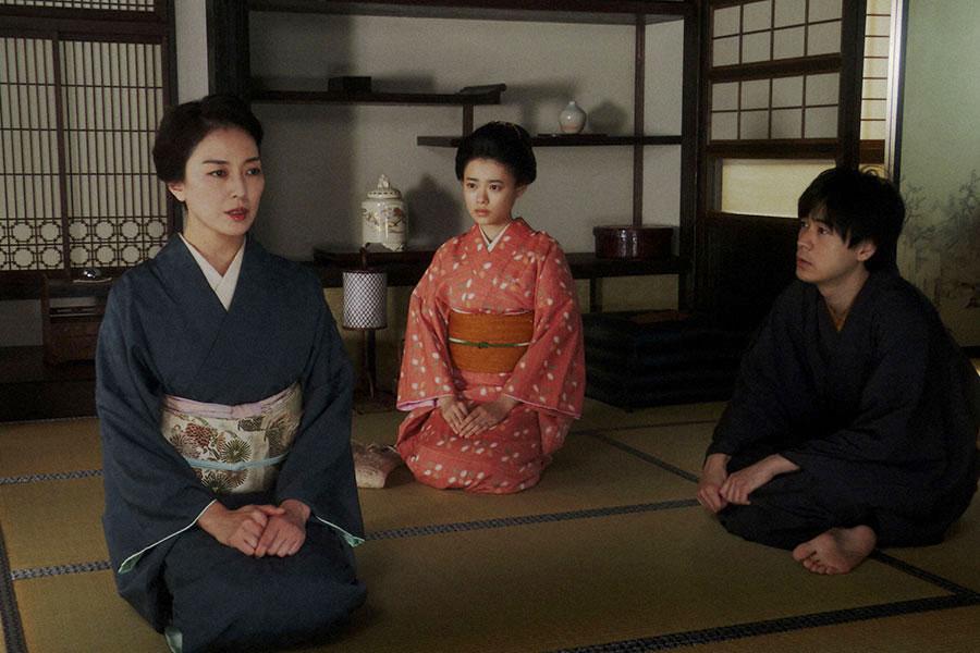 母・夕(板谷由夏)と話しをする一平(成田凌)(C)NHK
