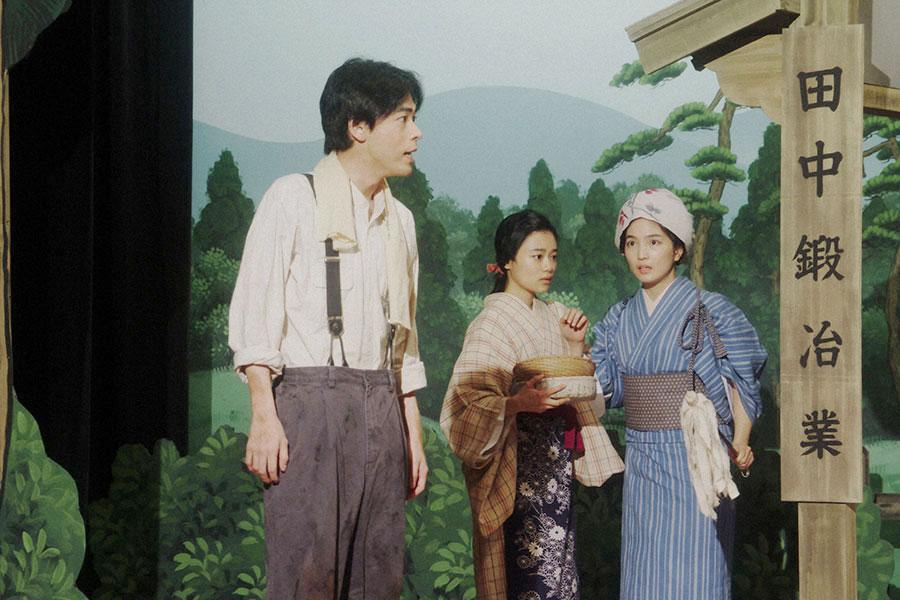えびす座にて、『丘の一本杉』の芝居をする(左から)一平(成田凌)、千代(杉咲花)、香里(松本妃代)(C)NHK
