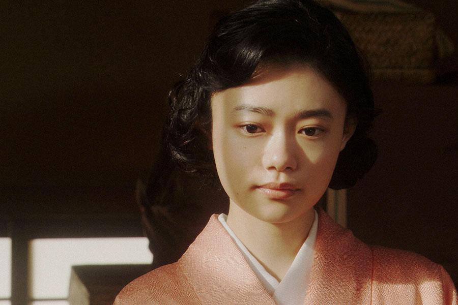 鶴亀家庭劇・稽古場にて、取材を受ける千代(杉咲花)(C)NHK