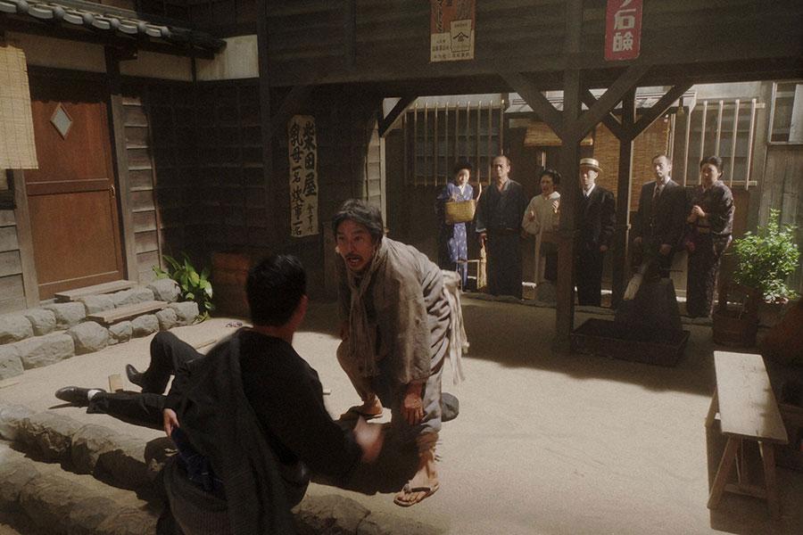 稽古場・表にて、取り立て屋と喧嘩沙汰をおこすテルヲ(トータス松本)(C)NHK