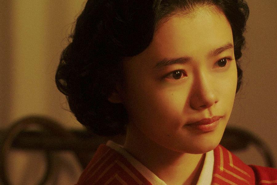 病院にて、宗助(名倉潤)と話しをする千代(杉咲花)(C)NHK