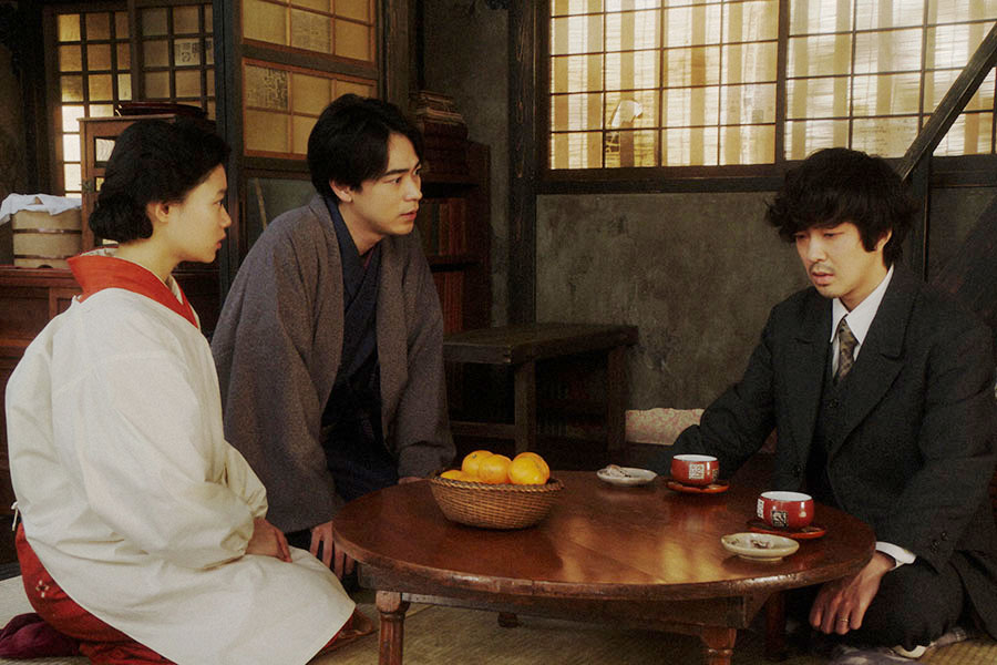 天海家にて、小暮(若葉竜也)と話しをする千代(杉咲花)と一平(成田凌)(C)NHK