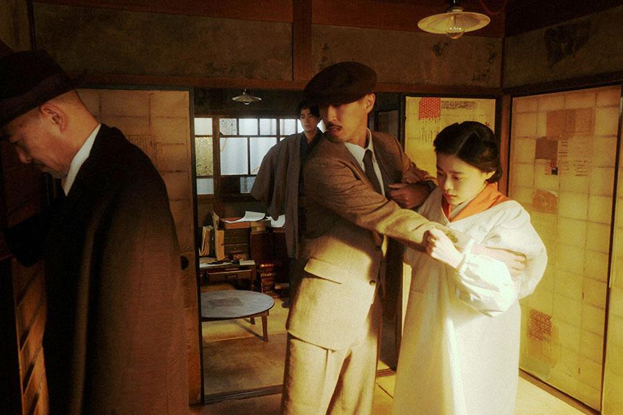天海家2階の部屋にて、押し入れを開ける特高警察を止めようとする千代(杉咲花)(C)NHK