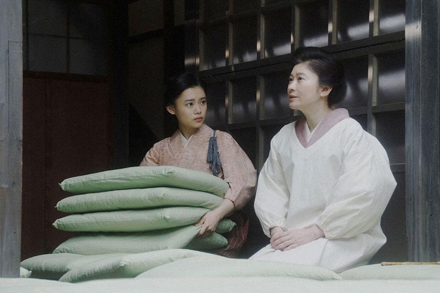 シズ(篠原涼子)と話しをする千代(杉咲花)(C)NHK