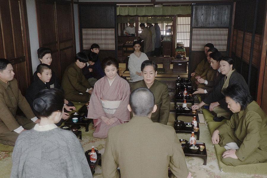 岡安にて、福助(井上拓哉)を囲んで壮行会を行う一同 (C)NHK