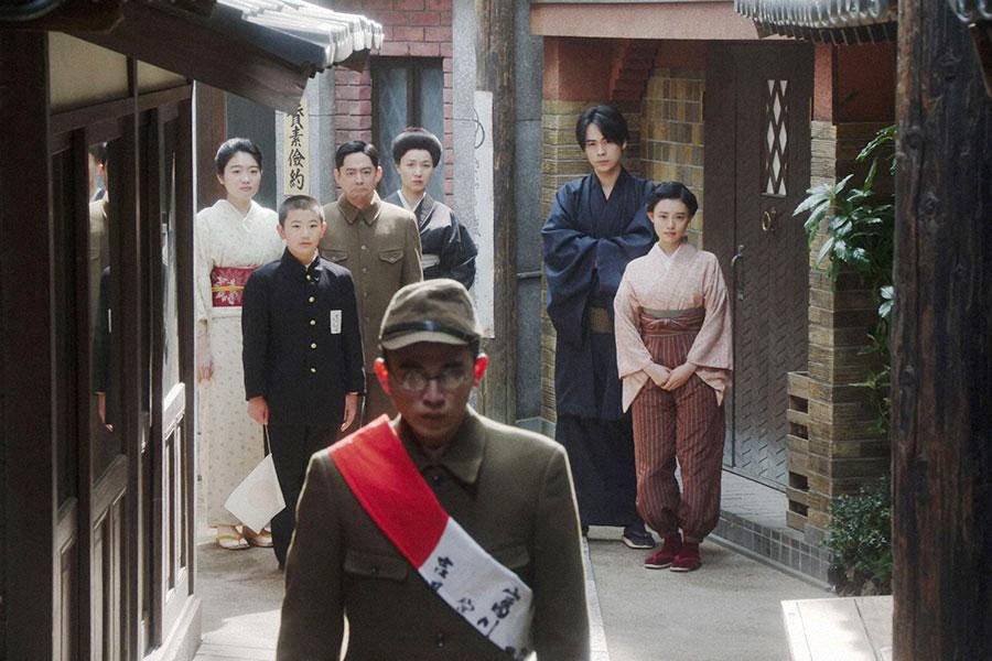 福富・表にて、出征する福助(井上拓哉)を見送る一同 (C)NHK