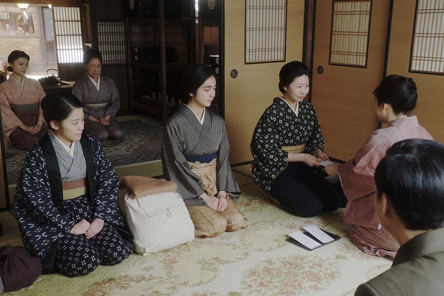 岡安にて、お茶子たちと話しをするシズ(篠原涼子) (C)NHK