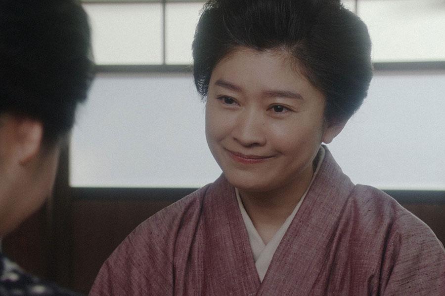 お茶子たちと話しをするシズ(篠原涼子)(C)NHK