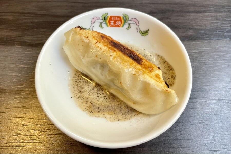 「にんにく激増し餃子」+酢+コショウ