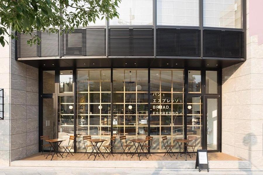 大阪メトロ南森町駅から徒歩すぐ、バリエーション豊かなパンをそろえ、カフェも併設