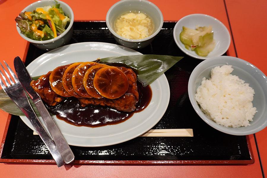 大衆中華酒場「若林」のランチメニュー「名物酢豚セット」(1000円)。酢豚は肉150gものボリュームがあるが、油抜きしてあるので、あっさりと食べられる ご飯、漬物、スープ、サラダ付き