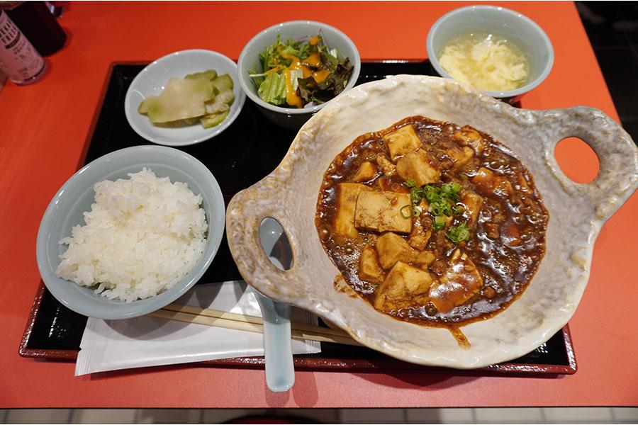 大衆中華酒場「若林」のランチメニュー「名物麻婆豆腐セット」(1000円)。八丁味噌を使ってコク深く仕上げている。辛さはないので、子どもや辛いものが苦手な人にもおすすめだとか