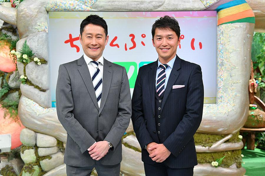 番組MCの河田直也アナウンサー(左)、山中真アナウンサー