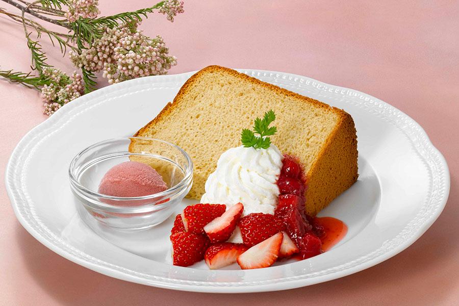 「紅茶のシフォンケーキ~苺のソルベ添え~」(748円)