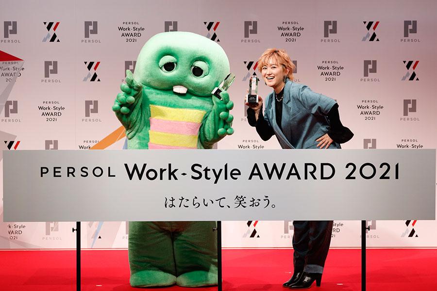 『PERSOL Work-Style AWARD 2021〜はたらいて、笑おう』を受賞した、左からガチャピン、ラランド・サーヤ