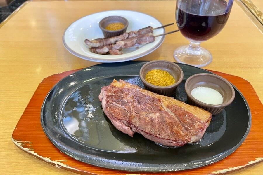 サイゼリアのメニュー「ラムのランプステーキ」と「アロスティチーニ」を比べてみましょう