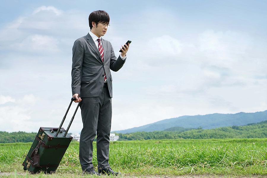 思わぬミスから左遷させられてしまう銀行員を演じる尾上松也。(C)2020映画「すくってごらん」製作委員会 (C)大谷紀子/講談社