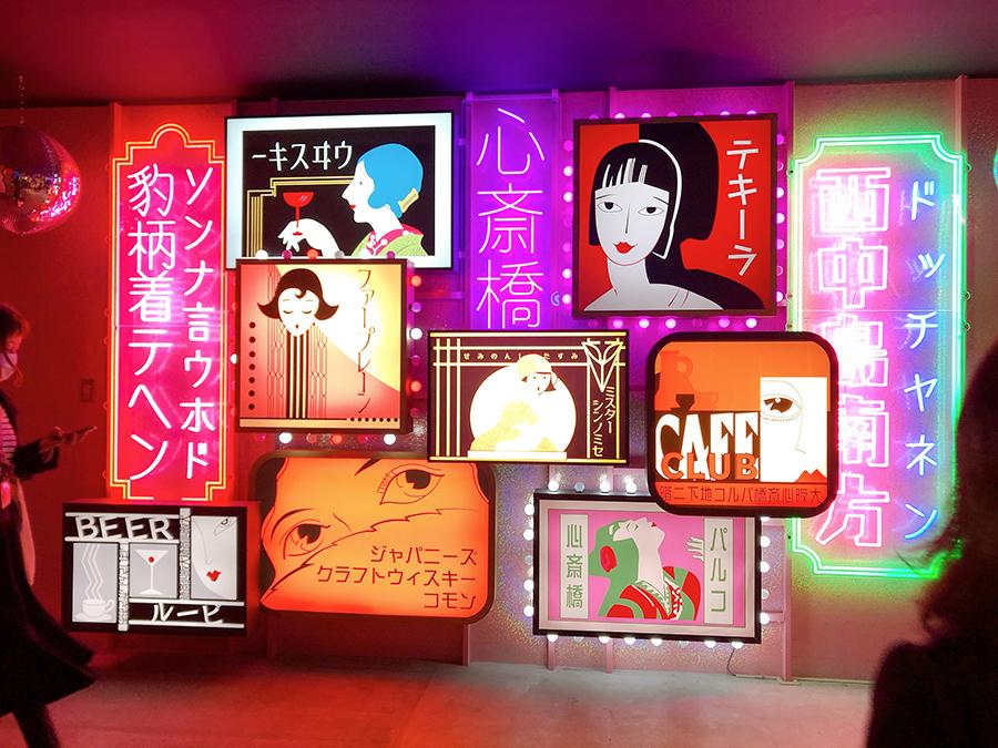 フロアの壁面を飾る、アーティスト・TORICOによる作品「ニューレトロ」は「心斎橋ネオン食堂街」の看板