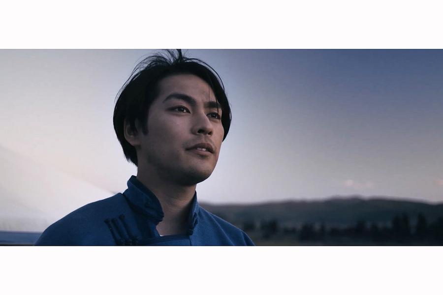モンゴルの自然と人と向き合っていく主人公のタケシ。(C)TURQUOISE SKY FILM PARTNERS/IFI PRODUCTION/KTRFILMS