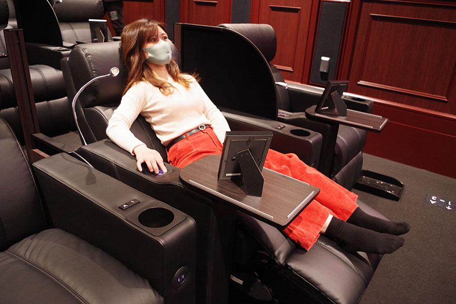 電動リクライニングで自由に角度が調節可能。座席にはUSBケーブルも繋げるという