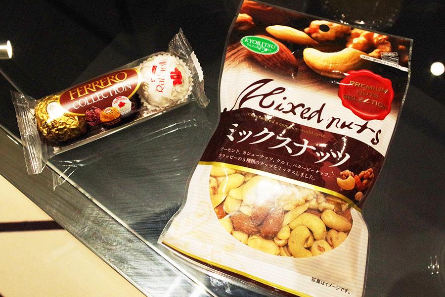 「グランシアター」でセットになったフードメニューには、チョコレートやミックスナッツなど観賞しながら楽しめるものが揃う(チョコとナッツは通常売店でも販売)