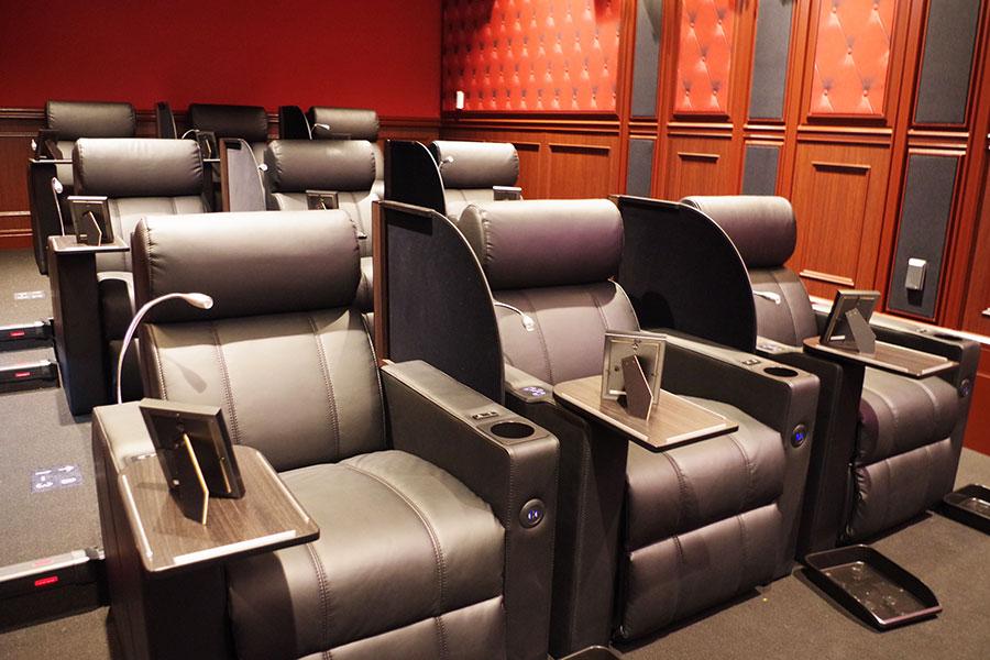 「グランシアター」は全9席。壁やライトなど高級感あふれる内装に