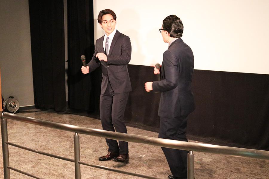 先日まで、浅草キッドのタケシ役を演じていたという柳楽優弥。監督から「踊りかっこいいんですよ」と促されて、タップダンスを披露