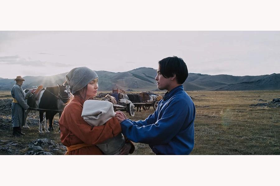 ひとりで遭難しているところをある女性に助けられる。(C)TURQUOISE SKY FILM PARTNERS/IFI PRODUCTION/KTRFILMS