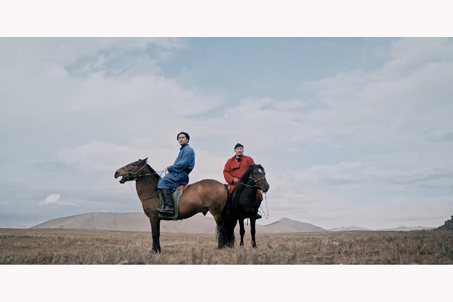 車が故障し、馬で旅を続ける。右がモンゴルの俳優アムラ・バルジンヤム(C)TURQUOISE SKY FILM PARTNERS/IFI PRODUCTION/KTRFILMS