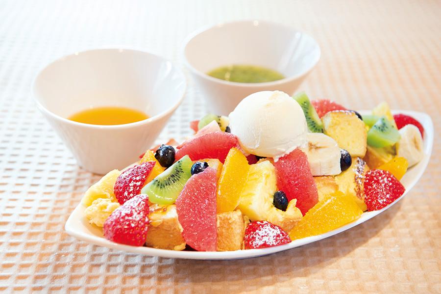 「果物いっぱいのフレンチトースト」1700円。パイン、キウイ、イチゴなど6種のフルーツがフレンチトーストの上にたっぷりのってパンが見えない!11種揃う季節のフルーツソースからお好みを2種を選べる