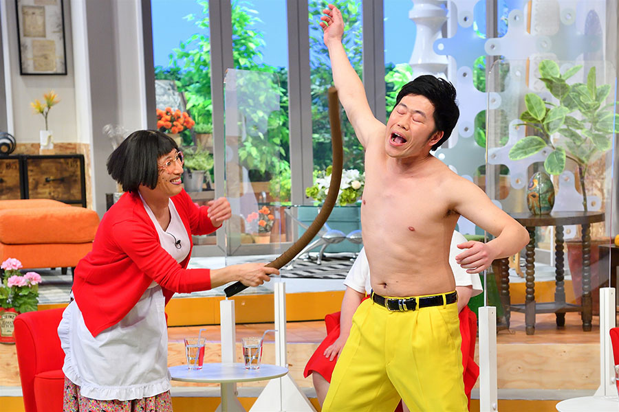 「乳首ドリル」を披露する、すっちー(左)と吉田裕(写真提供:MBS)