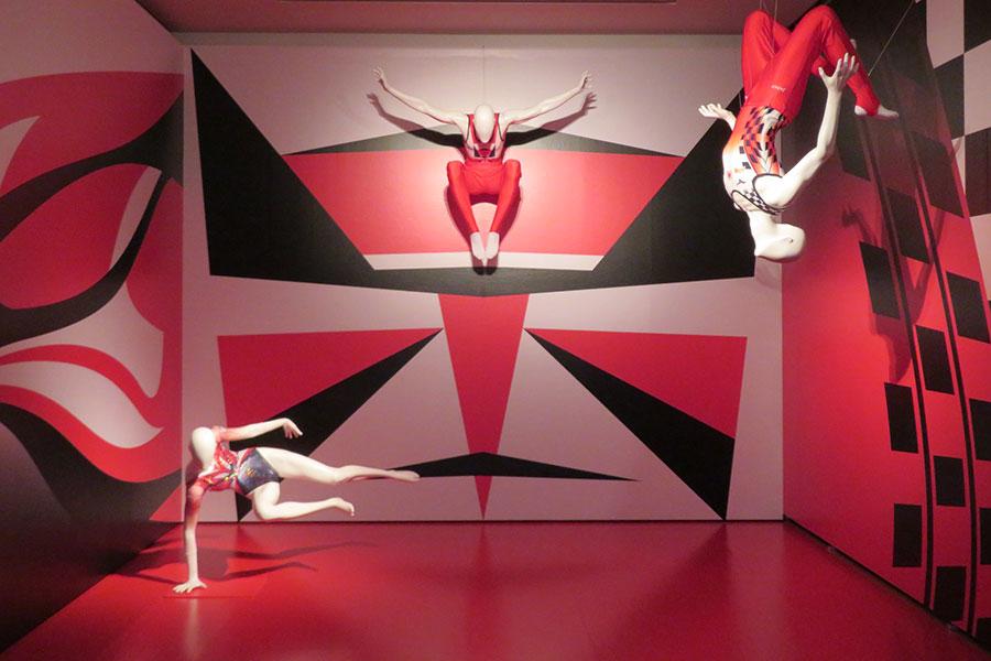 体操日本代表のユニフォーム。コシノが幼少期に見て大きな影響を受けた歌舞伎の隈取から着想している